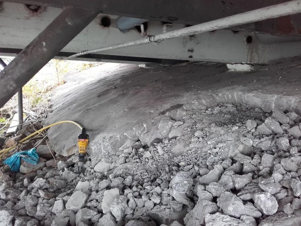 278 m² Betondeckwerk abbrechen davon 46 m² unter einer Brücke; danach wieder andecken mit Wasserausteinen