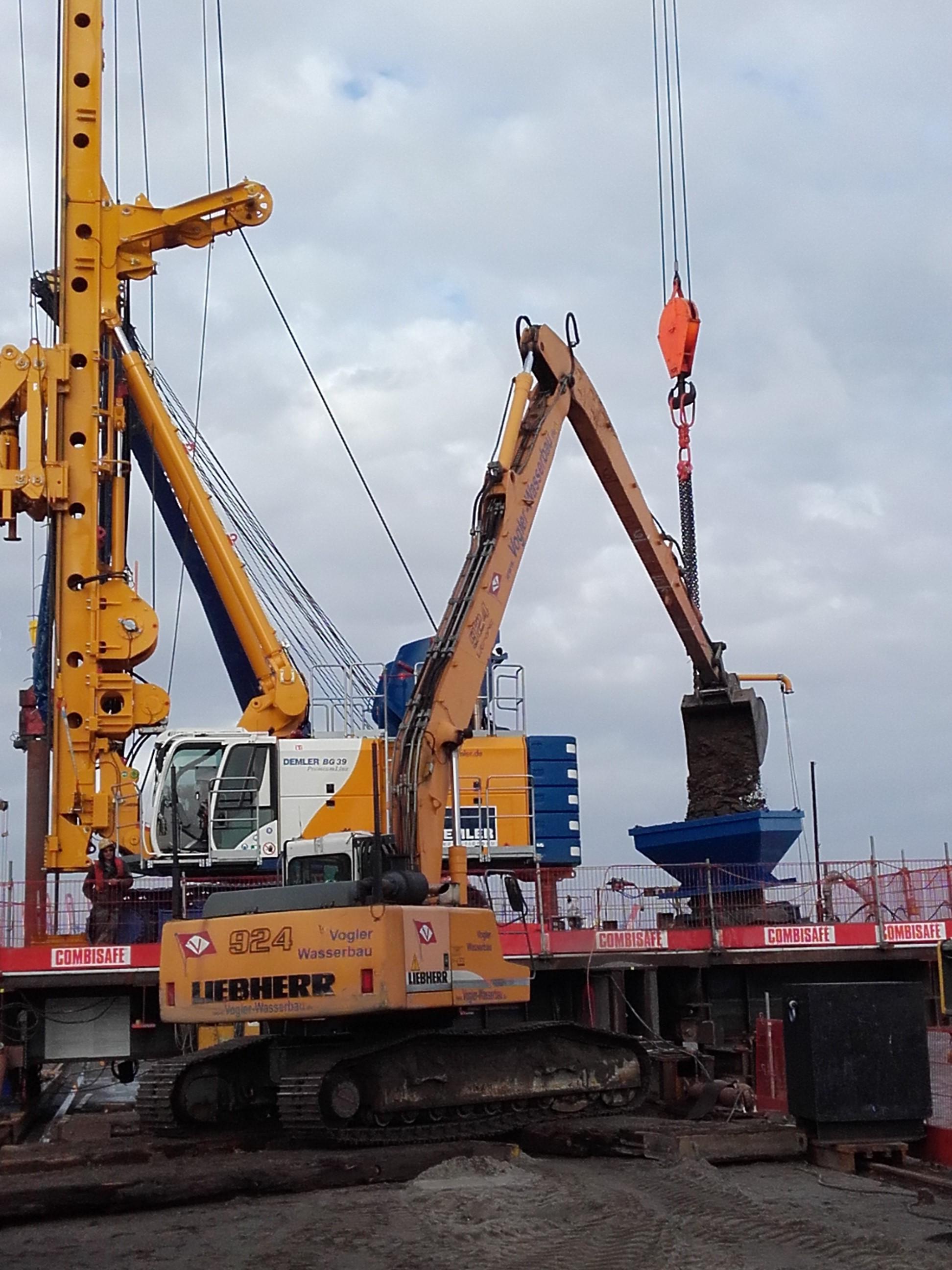 Gewinnung und Einbau von 4400 m³ Sand, 3560 t Kies geliefert und eingebaut, 880 Betriebsstunden des Liebherr Langarm Hydraulikbaggers 924